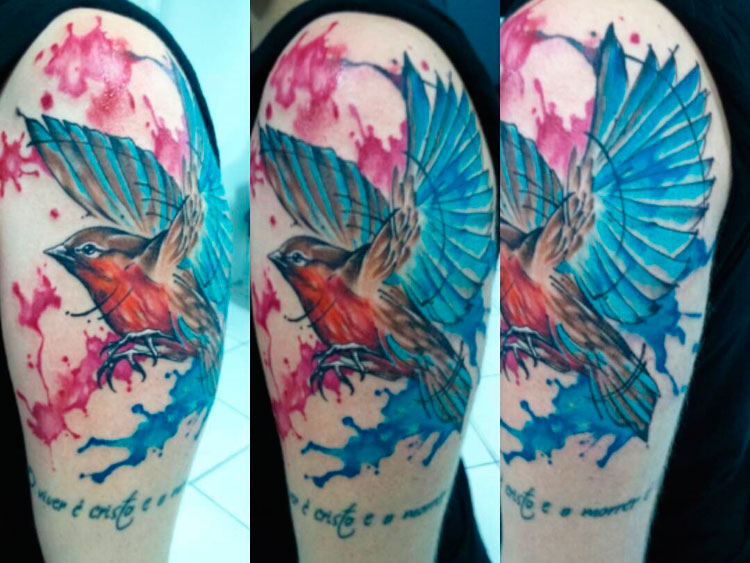 Птица на плече в стиле акварель у девушки