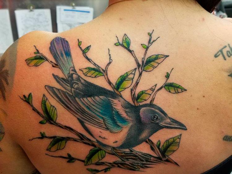Птица на ветке, тату на спине