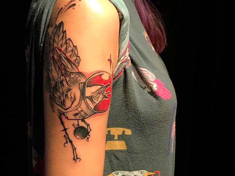 Птица в скафандре, женская тату на плече
