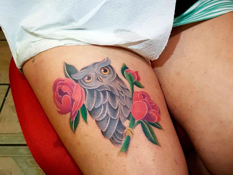 Сова и розы, тату на бедре