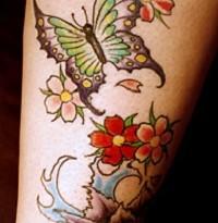 Цветная тату с бабочкой и цветами