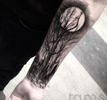 Деревья и луна на предплечье
