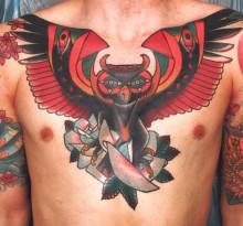Мужская татуировка совы на груди