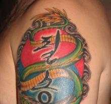 Тату с восточными символами и драконом