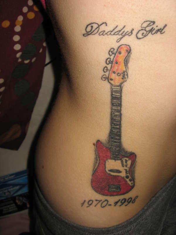 Гитара, надпись и дата на боку