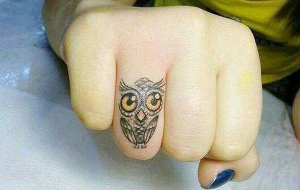 Маленькая тату совы на пальце