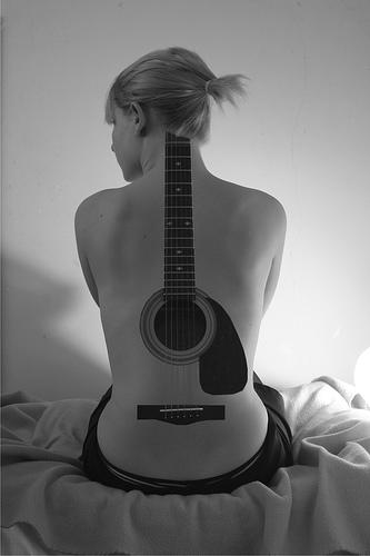 Татуировка гитары во всю спину