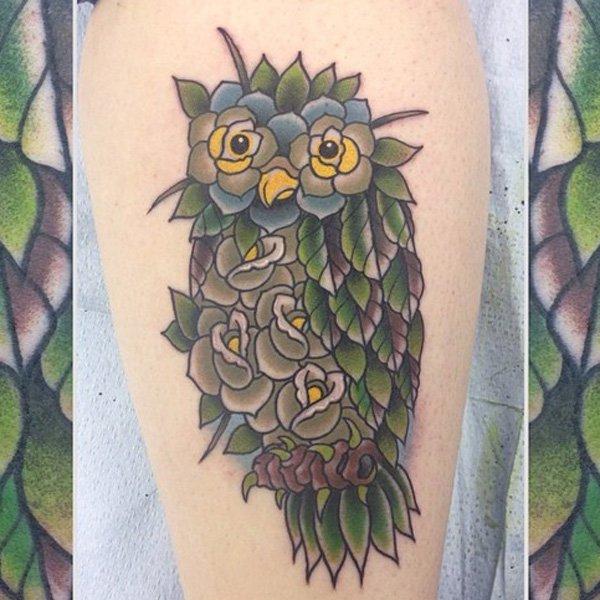 Татуировка совы из цветов и листьев