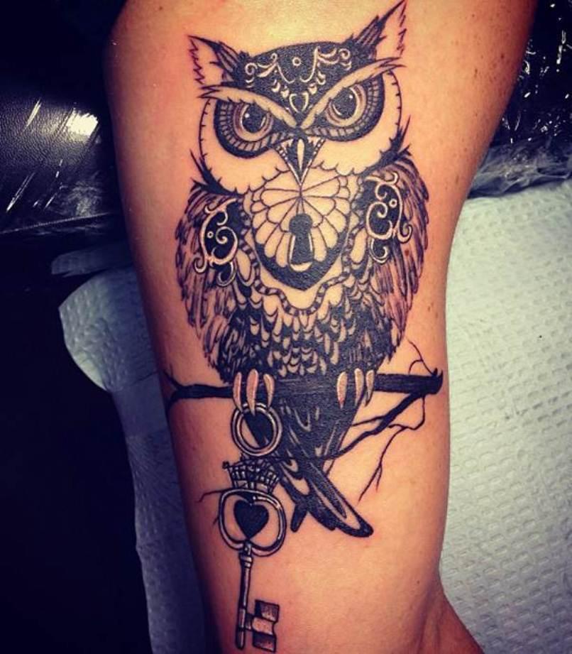 Татуировка совы с ключом