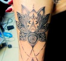 Черная татуировка на руке