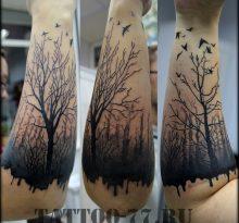 Черная тату лес и птицы на предплечье