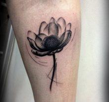 Черный цветок на предплечье