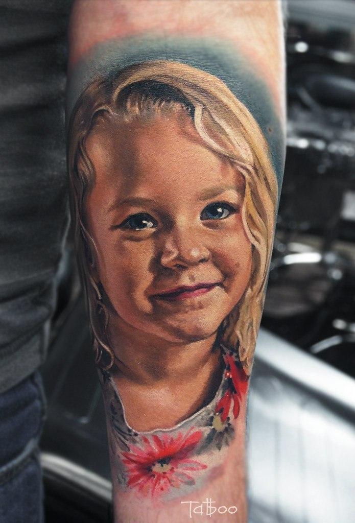 Фотореалистичная тату девочки со светлыми волосами
