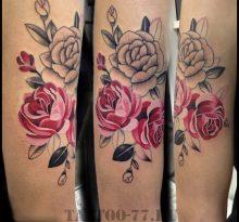 Красные и серая розы на руке