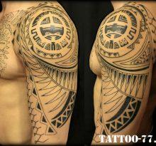 Мужская полинезийская тату на плече и груди