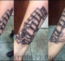 Однотонная тату корабля