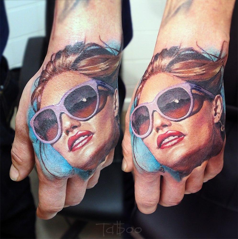 Татуировки девушек в очках