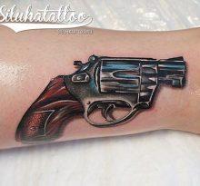 Реалистичная татуировка револьвера