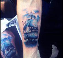 Синий корабль на руке