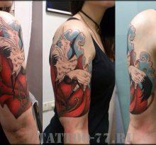 Татуировка аиста у девушки на плече