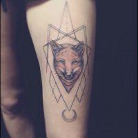 Татуировка лисы в геометрических формах на бедре