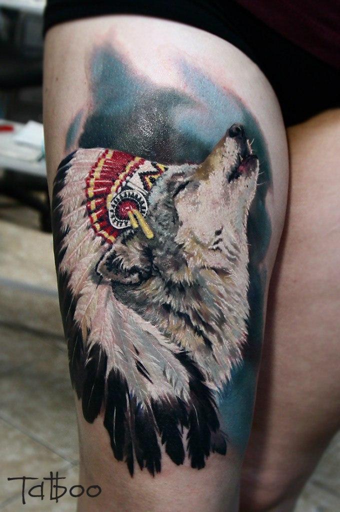 Воющий волк с индейскими перьями
