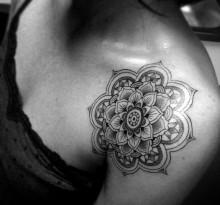 Мандала на плече у девушки