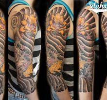 Японская татуировка с цветами и водой во всю руку