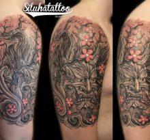 Японский демон и цветы на плече