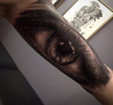 Большая черно-серая татуировка глаза на руке