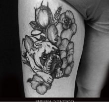Бульдог и цветы на бедре