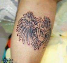 Черно-серая тату крест с крыльями