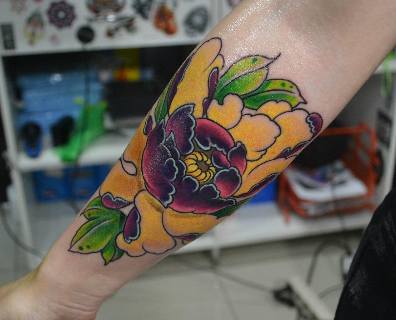 Цветной цветок на предплечье