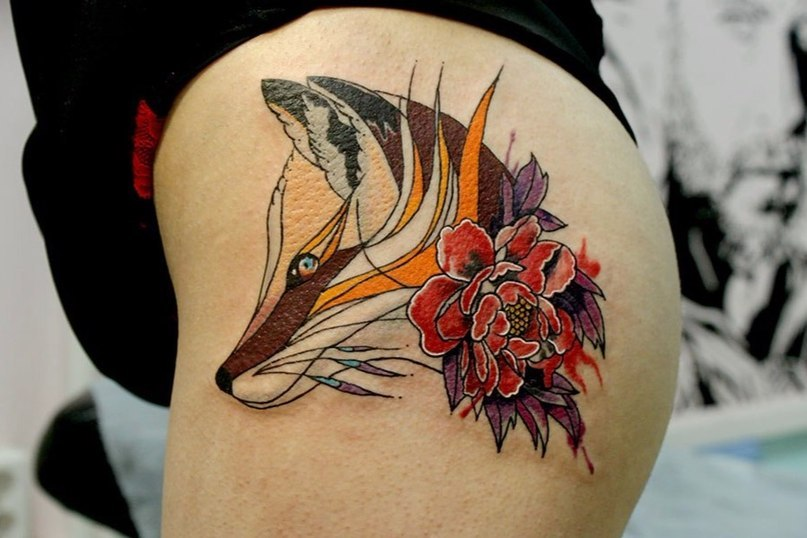 Голова лисы и цветок на бедре
