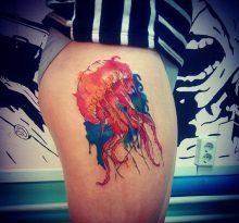 Медуза в стиле акварель на бедре