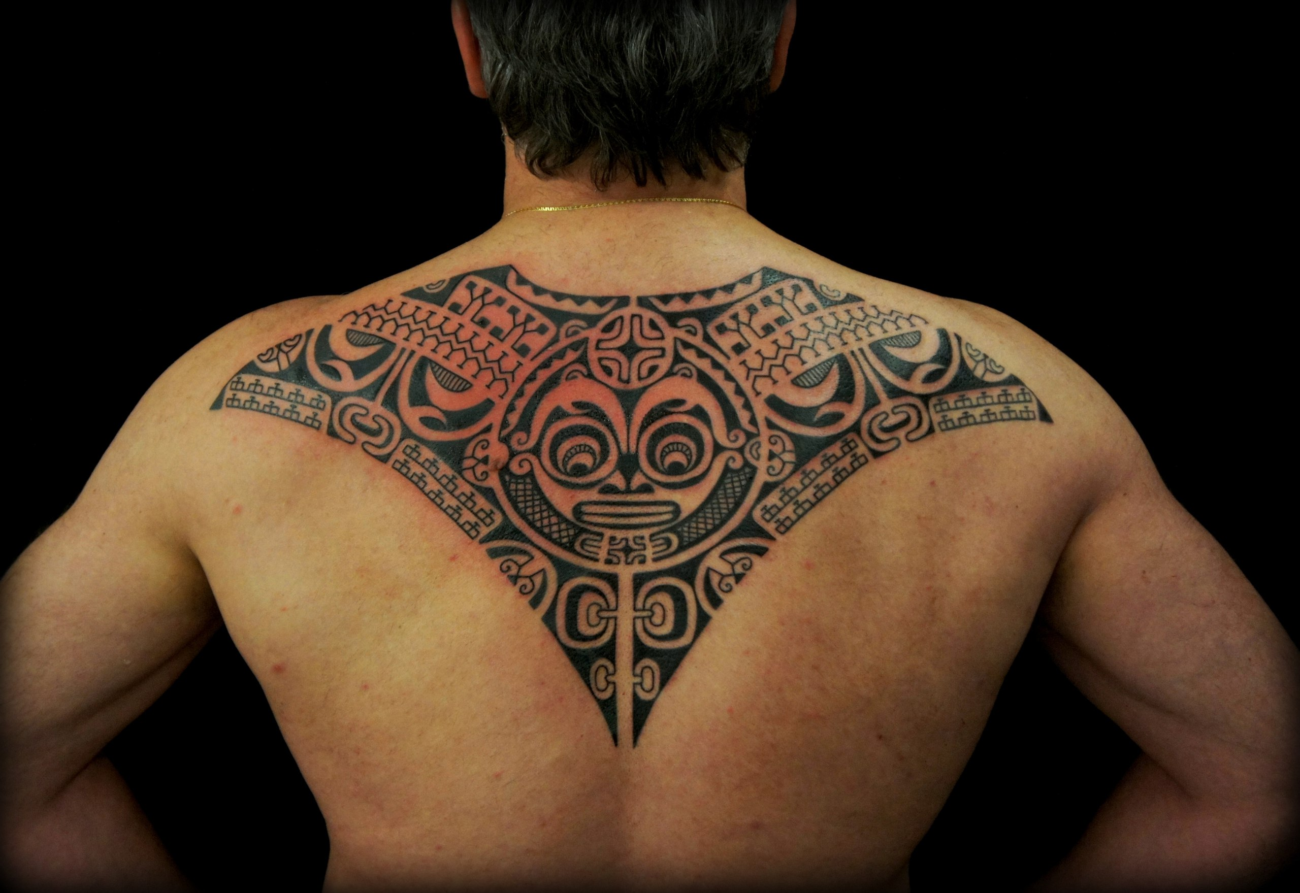 Мужская тату на спине в полинезийском стиле