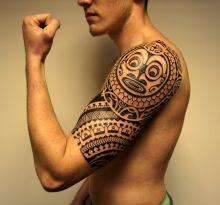 Мужская татуировка на плече в полинезийском стиле