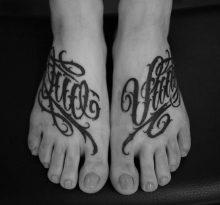 Надписи на женских ступнях