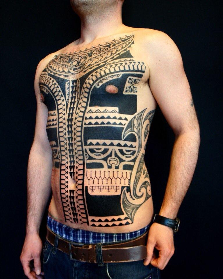 Полинезийская тату на животе и груди у мужчины