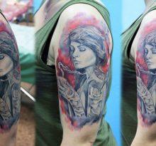 Портрет девушки на плече в серо-красном цвете