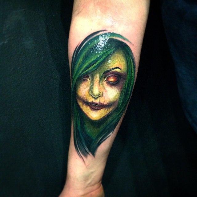 Портрет зеленой женщины на предплечье