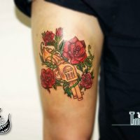 Револьвер и цветы розы