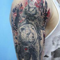 Русский мужик на медведе