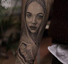 Серый портрет девушки на предплечье