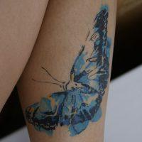 Синяя бабочка в стиле акварель