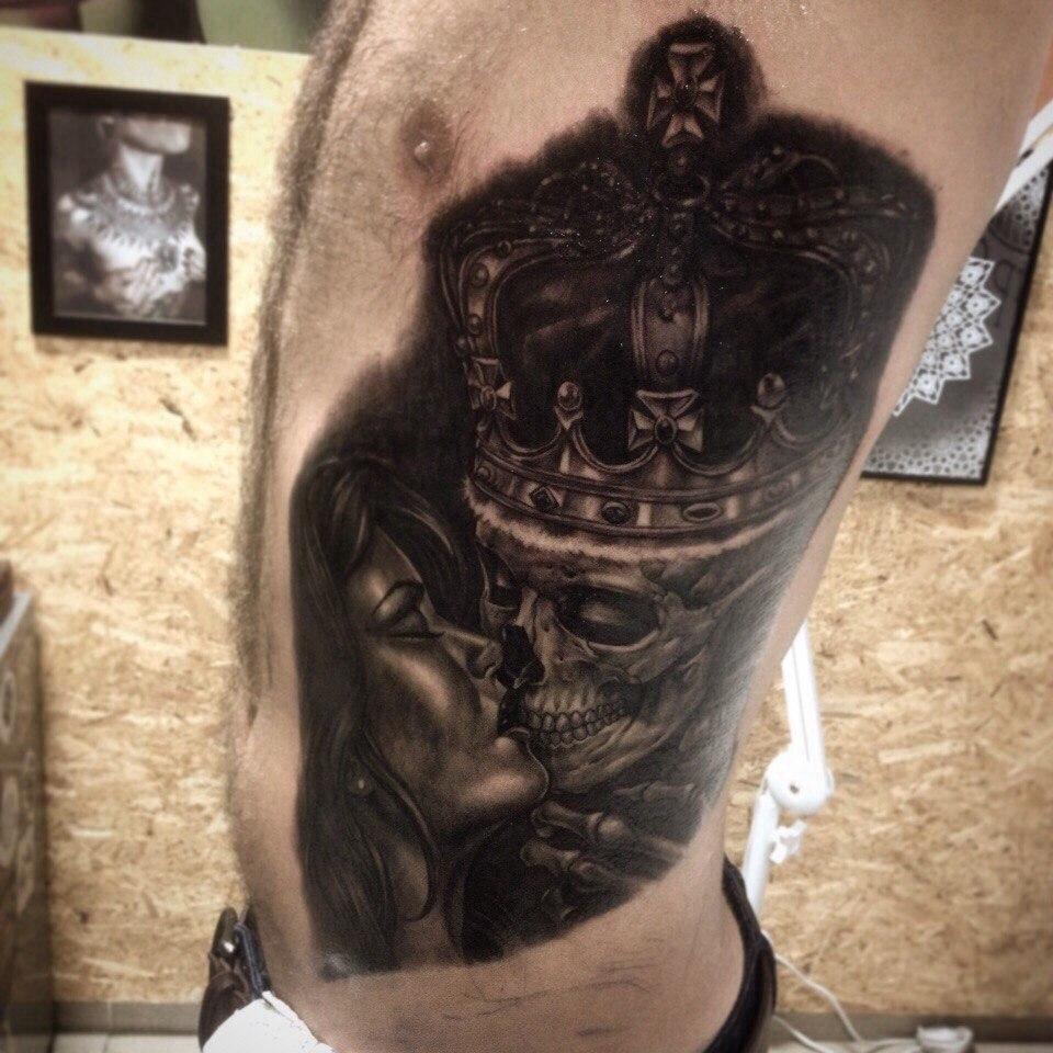 Тату девушка со скелетом в короне