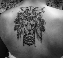 Тату лев и череп на спине