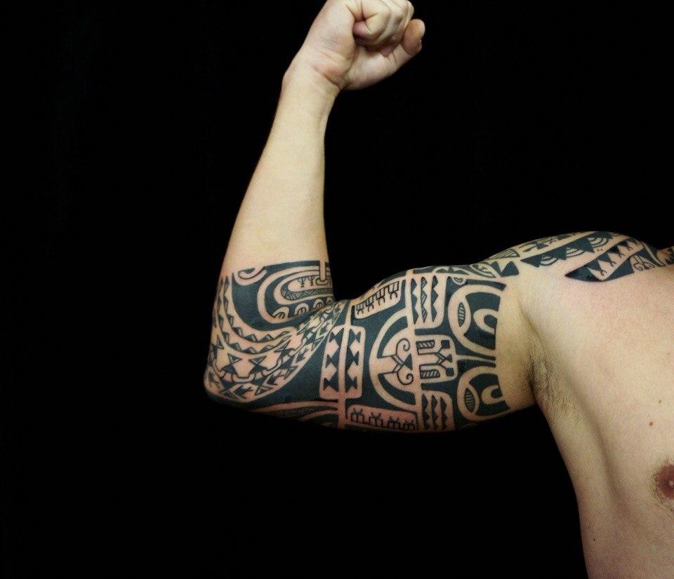 Тату на бицепсе в полинезийском стиле