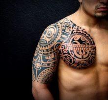 Тату на груди и плече в полинезийском стиле