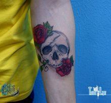 Тату на предплечье череп с двумя розами